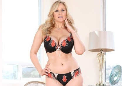 Julia Ann – Big Titty MILF Julia Ann