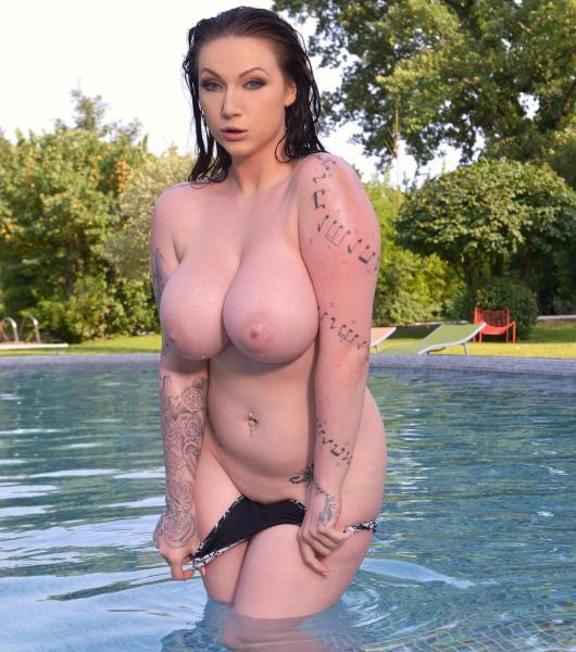 Harmony Reigns – Pool, Hooters And Black Dong: Brunette With Big Tits Masturbate
