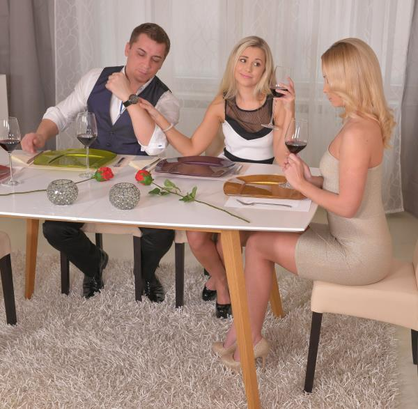 Lola N, Vinna Reed – Dinner Orgy: Threesome Makes Him Cum On Two Hot Blondes