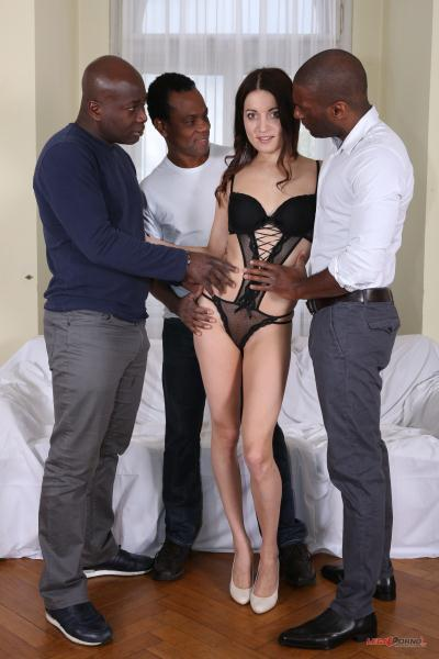 Roxy Dee – Roxy Dee is new gape girl who decide to get her ass blacked IV062